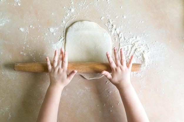 Mains d'enfants pâte roulée