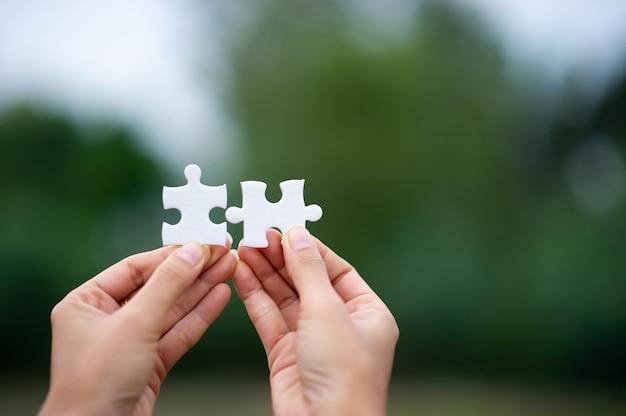 Mains et énigmes, pièces importantes du travail d'équipe concept de travail d'équipe