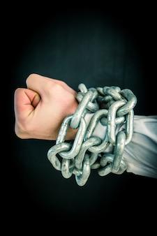 Mains enveloppées dans des chaînes