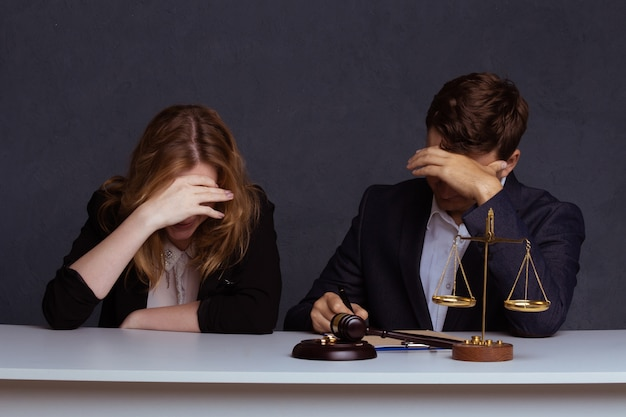 Mains d'épouse, mari signant le décret de divorce.
