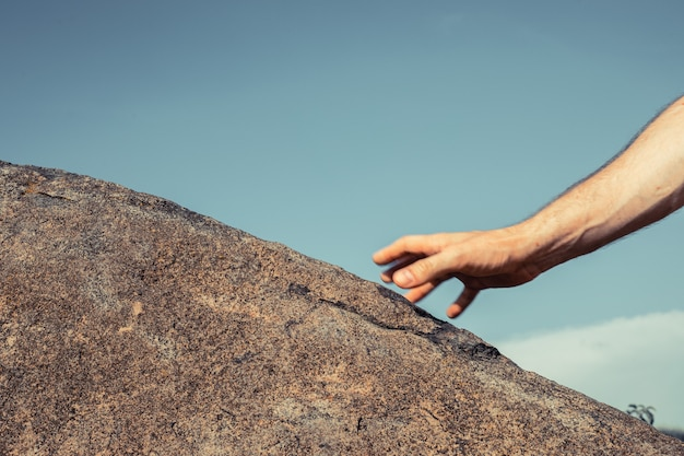 Mains d'escalade, image en gros plan. concept de sport de plein air de grimpeur.