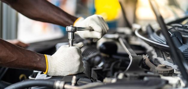 Mains expertise mécanicien automobile en service de réparation automobile. concept de garage d'entretien et de service automobile.