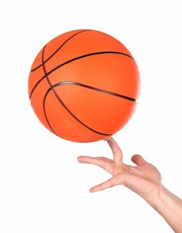 Mains faisant en équilibre avec un ballon de basket isolé sur fond blanc