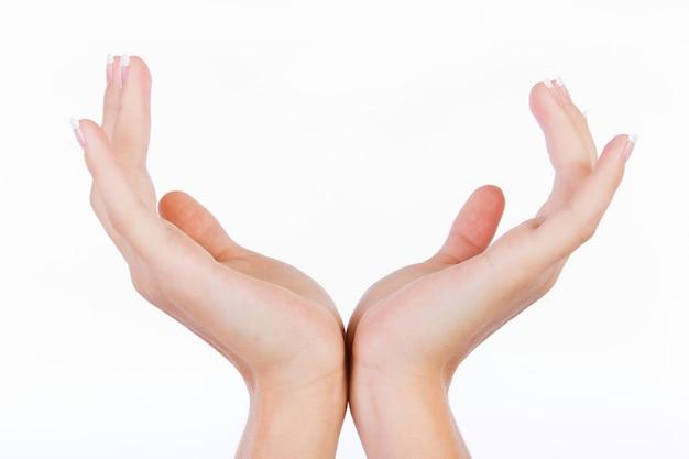 Les mains en faisant un geste de calice