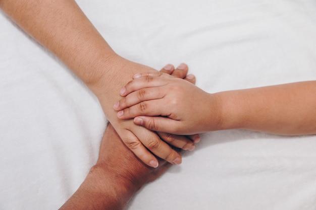 Mains de la famille, un bébé, une fille, une mère et un père.