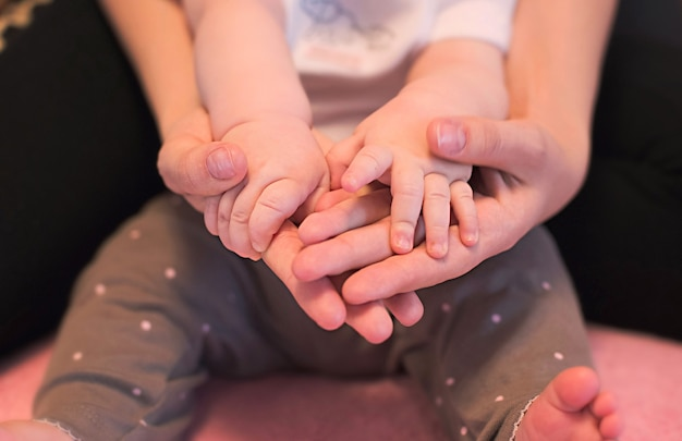 Mains de famille incomplète père ou mère et enfant