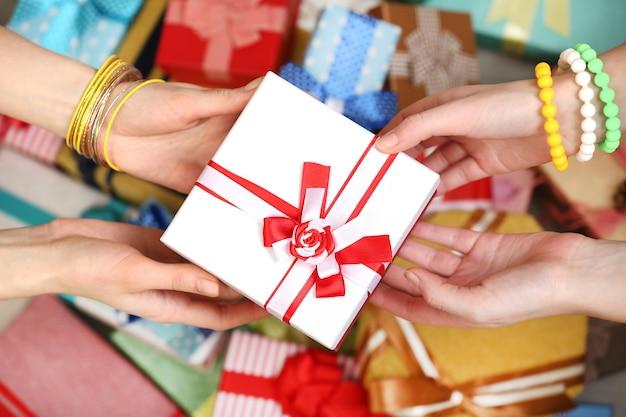 Mains femelles tenant le gros plan de cadeau