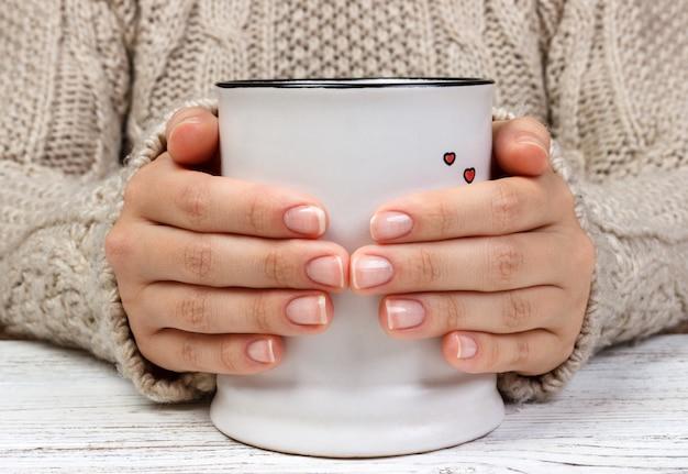 Mains féminines avec boisson au café