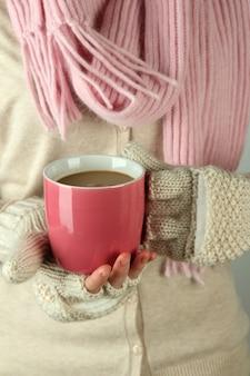 Mains féminines avec boisson chaude, gros plan