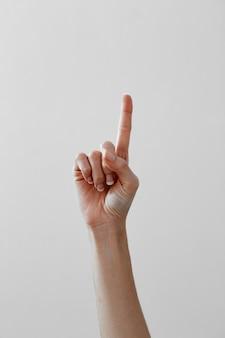 Mains féminines comptant le numéro 1