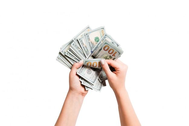 Mains féminines, compter les billets en dollars
