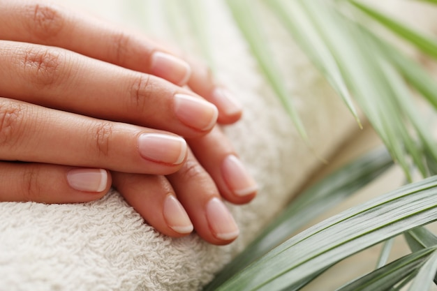 Mains féminines. concept de manucure