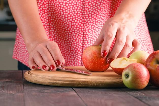 Mains féminines cuisson dessert aux pommes dans la cuisine