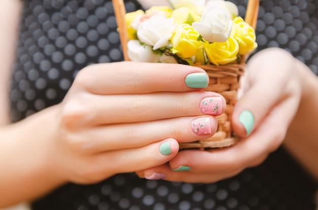 Mains féminines avec un design violet clair