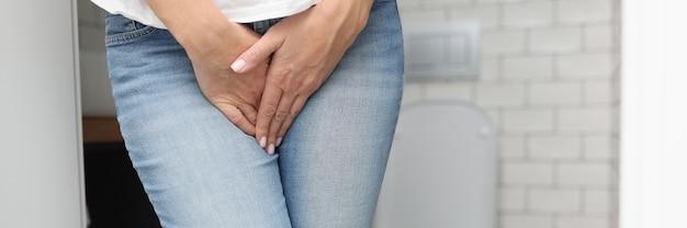 Mains féminines entre les jambes en gros plan de jeans. diagnostic et traitement du concept de maladies sexuellement transmissibles.