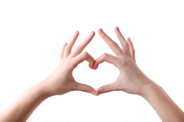 Mains féminines en forme de coeur