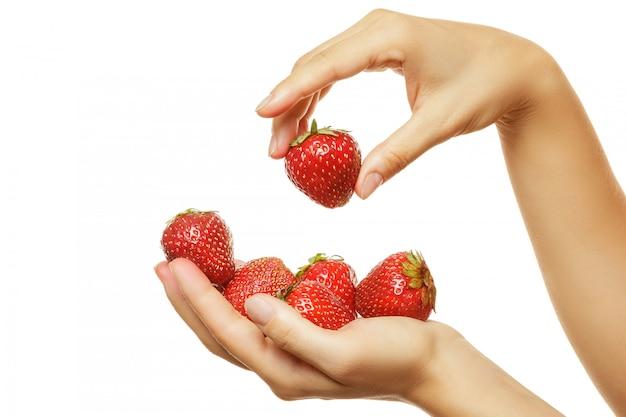 Mains féminines et fraises