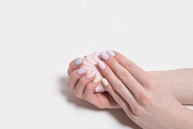 Mains féminines avec une manucure douce