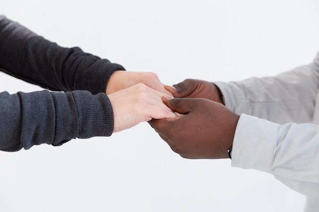 Mains féminines et masculines tenant ensemble
