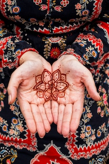 Mains féminines avec mehndi