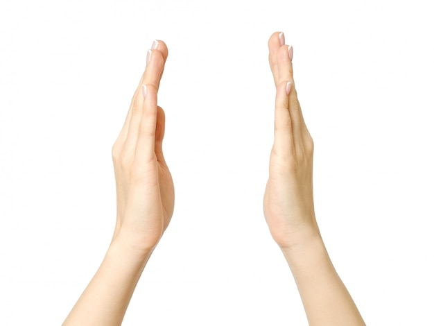 Mains féminines mesurant quelque chose
