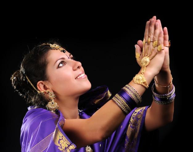 Mains féminines en mouvement de la danse nationale indienne