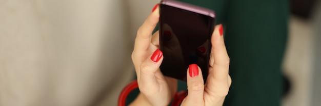 Mains féminines avec serrure tenir gros plan du smartphone