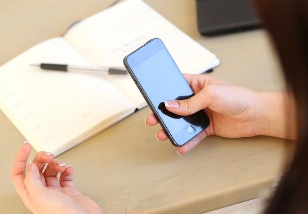 Mains féminines avec téléphone