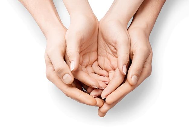 Mains féminines tenant la main de l'enfant