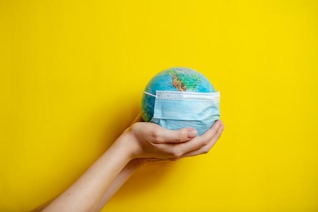 Mains féminines tenant la planète terre globe