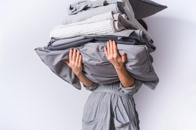 Mains féminines tenant des textiles de linge de lit