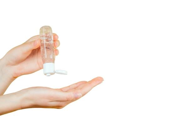Les mains féminines utilisent un gel, un désinfectant, un antiseptique dans une bulle, un pot sur fond noir isolé.