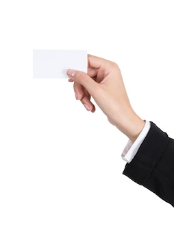 Mains de femme d'affaires détenant une carte de visite vide isolée sur blanc