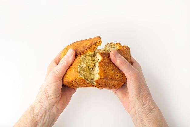 Mains de femme âgée tenant de la nourriture