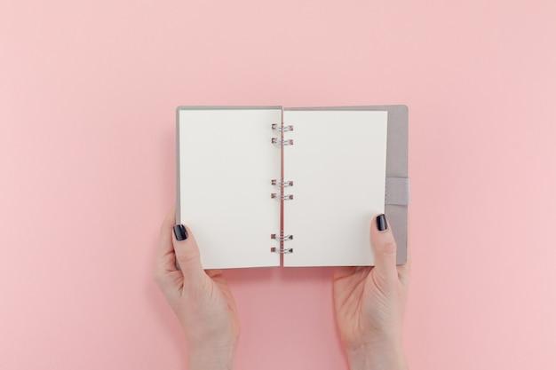 Mains de femme avec bloc-notes vide