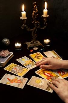 Mains de femme avec des cartes de tarot