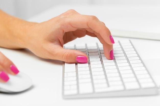 Mains de femme sur un clavier