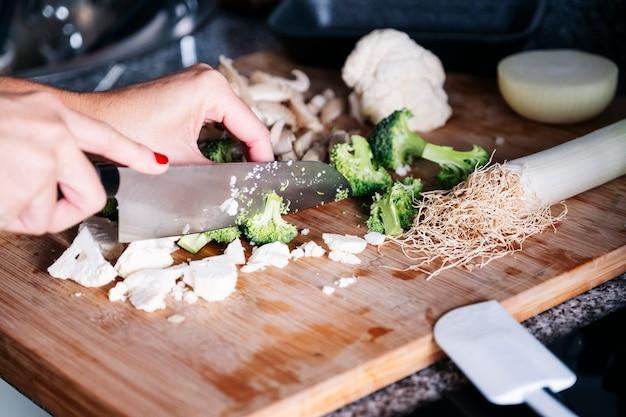 Mains femme, couper, champignons, et, légume, dans, a, cuisine