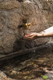 Mains, femme, cueillette, eau, bec fontaine
