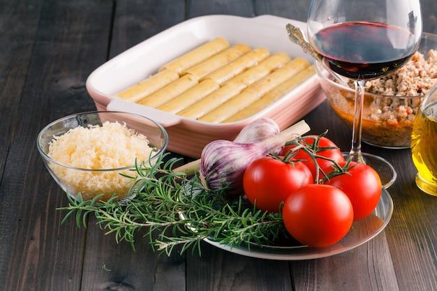 Mains de femme cuisson cannelloni