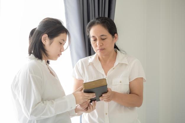 Mains de femme donnant la bible et évangélisant quelqu'un, évangile
