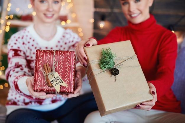 Mains de femme donnant des cadeaux de noël