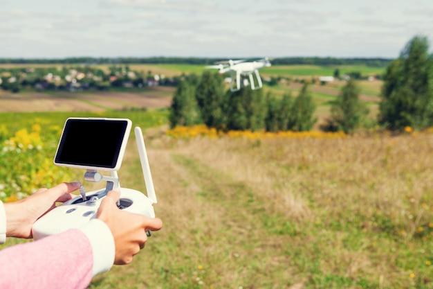 Les Mains De Femme Drone Et Photographe Photo Premium