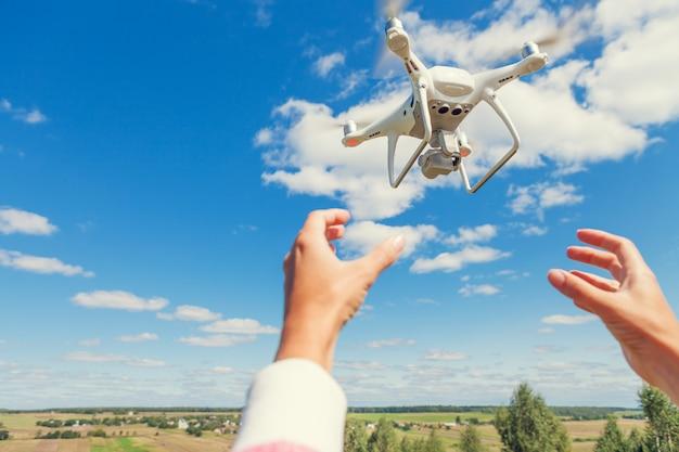 Les mains de femme drone et photographe