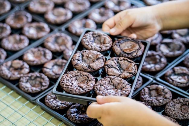 Mains de la femme faisant des brownies