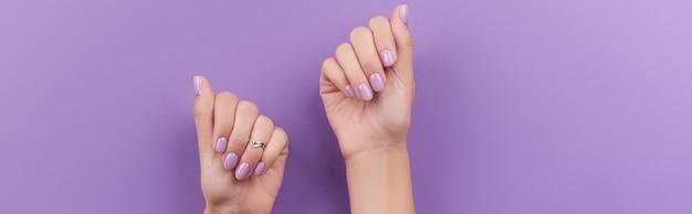 Mains de femme avec manucure à la lavande manucure printemps été design d'ongles