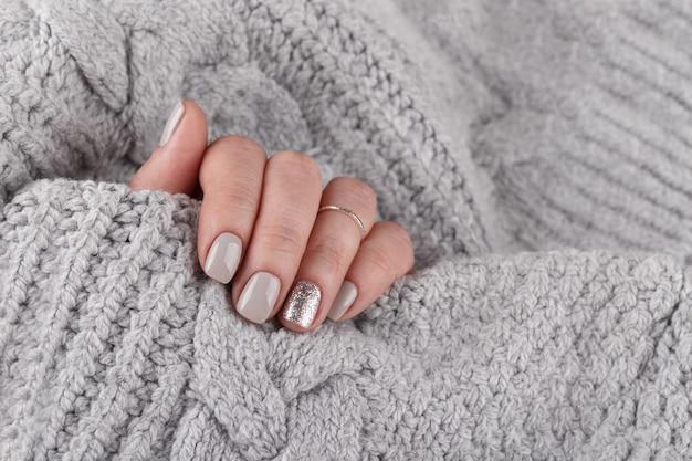 Mains de femme manucurée