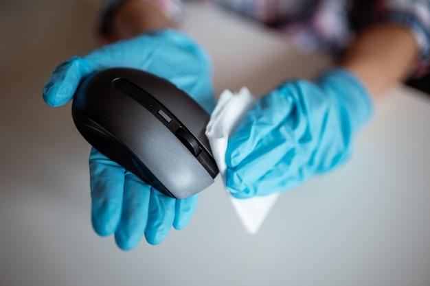 Mains de femme nettoyant une souris
