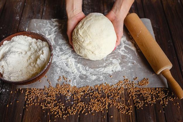 Mains de femme pétrir la pâte