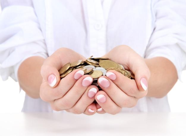 Mains de femme avec des pièces sur blanc
